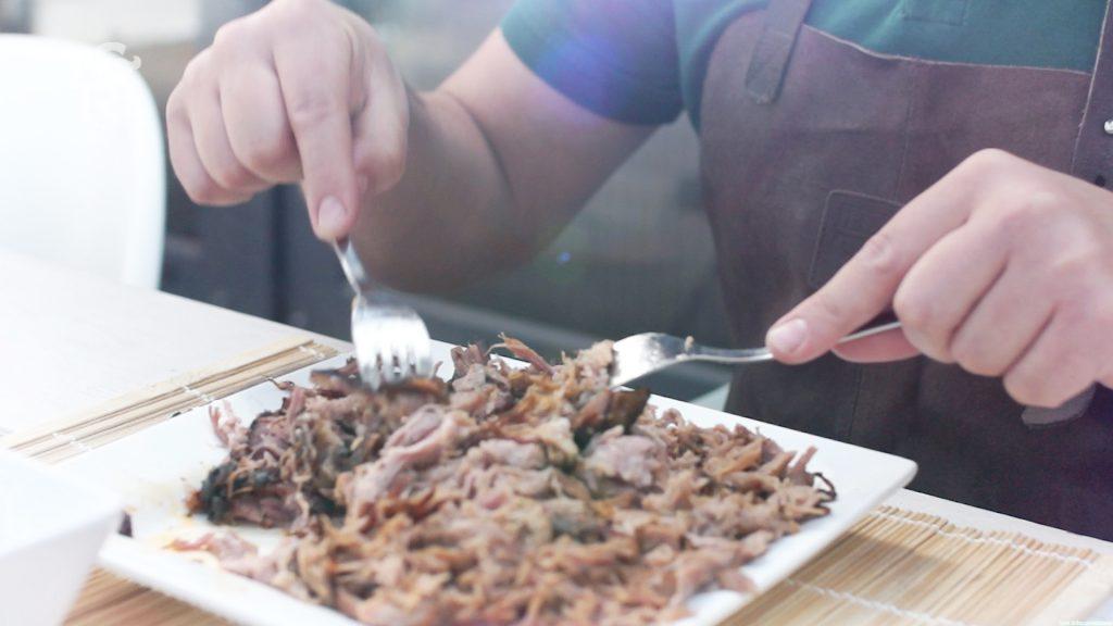 Trek het varkensvlees met vorken uit elkaar